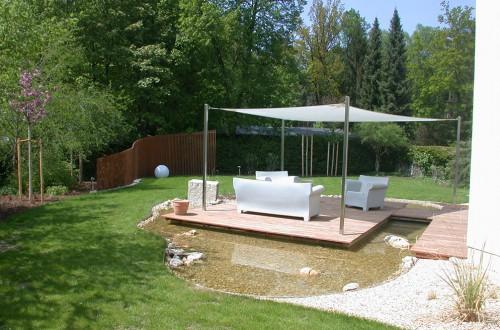 Sitzecke am Wasser mit Sonnensegel