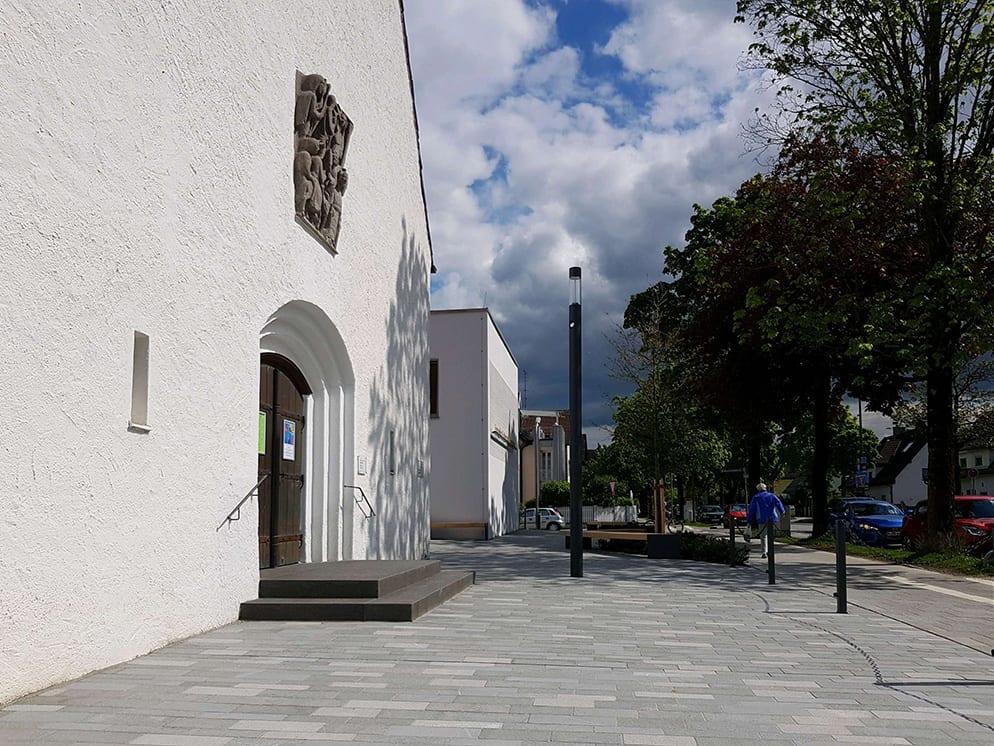 Vorplatz mit Kirchenportal